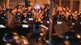 شاهد اشتباكات بين شرطة كتالونيا ومحتجين على زيارة ملك إسبانيا للإقليم