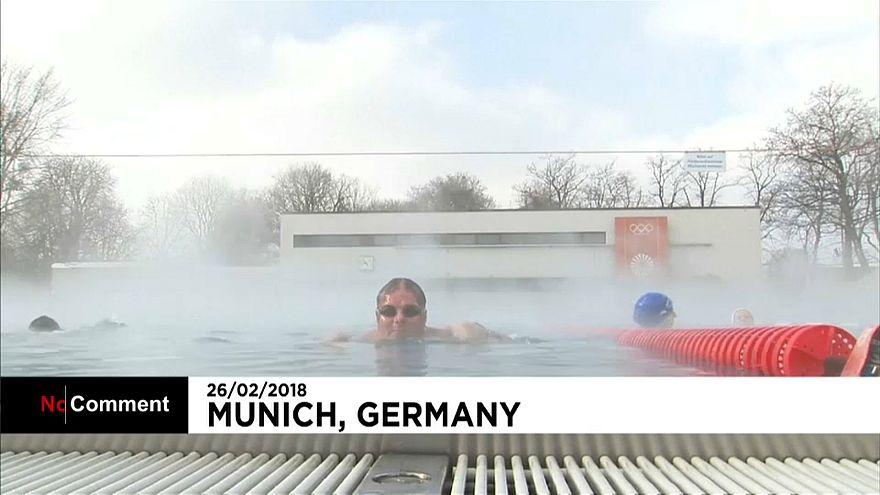شاهد: ألمان يتحدون البرد القارس بالسباحة في درجة حرارة -8