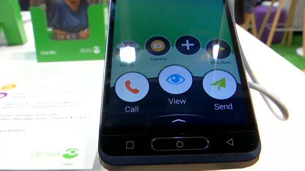 شاهد: هواتف ذكية لمن فوق 65 عاما