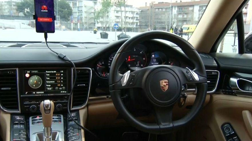 شاهد: هواوي تطور هاتفا يمكنه قيادة سيارة ذاتيا
