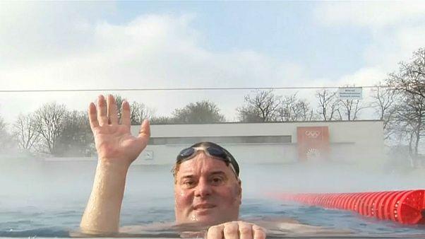 شنا در هوای منفی هشت درجه در آلمان