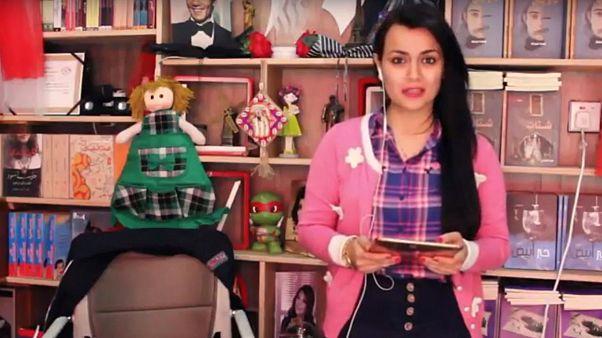 خانم البیاتی در حال معرفی کتاب در برنامه هفتگی بر روی شبکه یوتیوب