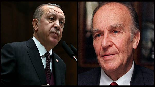 الرئيس التركي رجب طيب إردوغان (يسار) ونظيره البوسني الراحل علي عزت بوغوفيتش