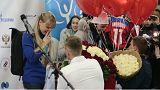 Esquiadoras russas recebidas em Moscovo com pedidos de casamento