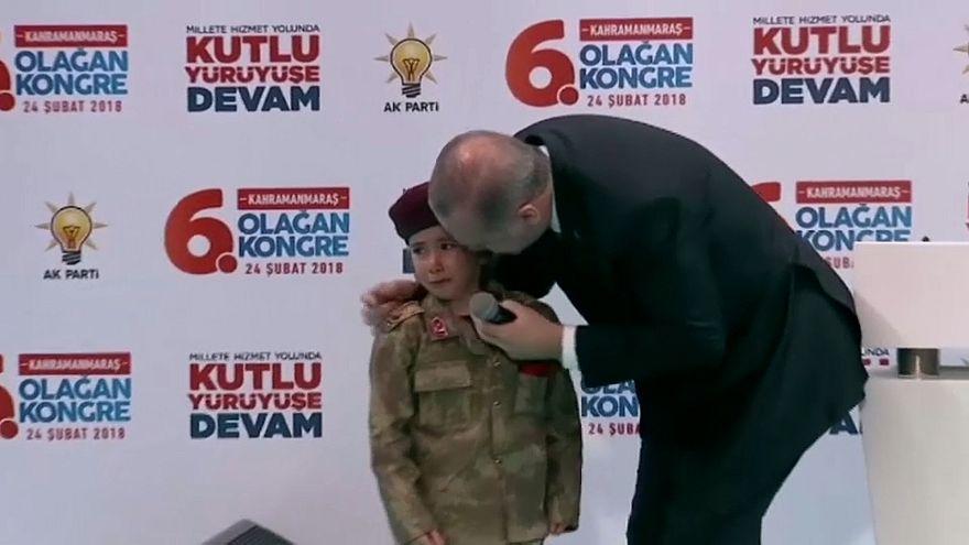 Türkische Kriegspropaganda: Erdoğan mit weinendem Kind