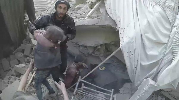 Syrien: Rettungsversuche nach Angriffen in Ost-Ghouta