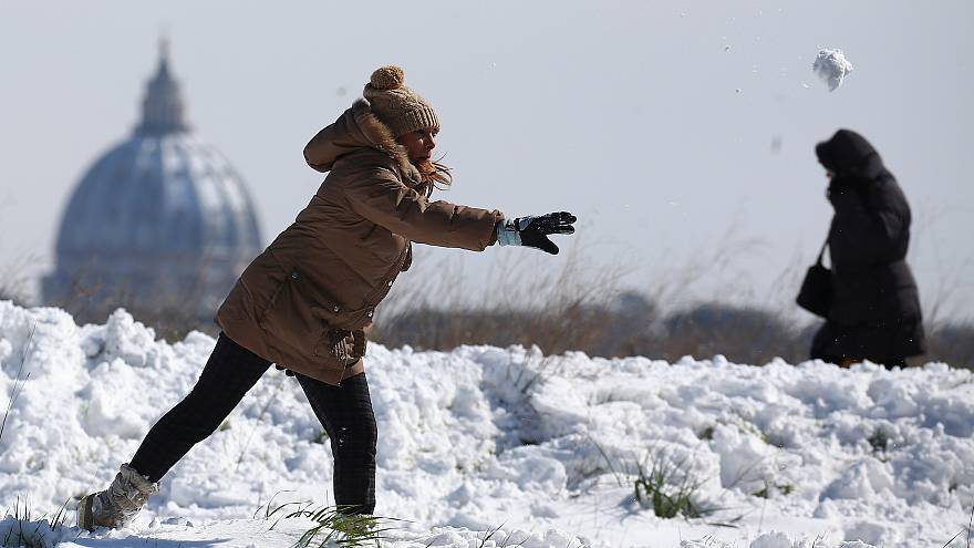 Schneeballschlacht und auf dem Eis rutschen: Spaß an Schnee in Europa
