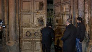 Los dos guardianes musulmanes abren la puerta del Santo Sepulcro