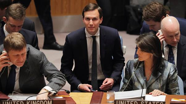 جاريد كوشنر (وسط) صهر الرئيس ترامب والمستشار المقرب منه