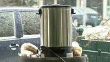 Húngaros combatem o frio com chá quente
