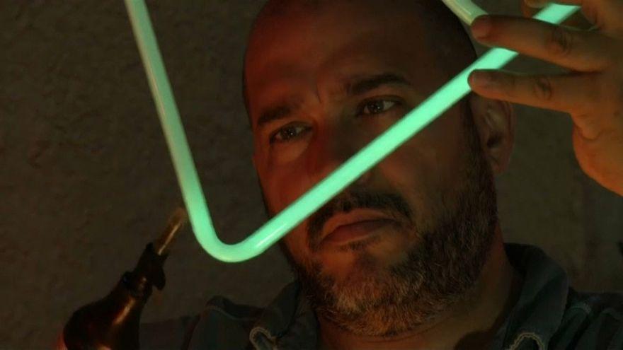 Un artista devuelve a La Habana el brillo de sus neones