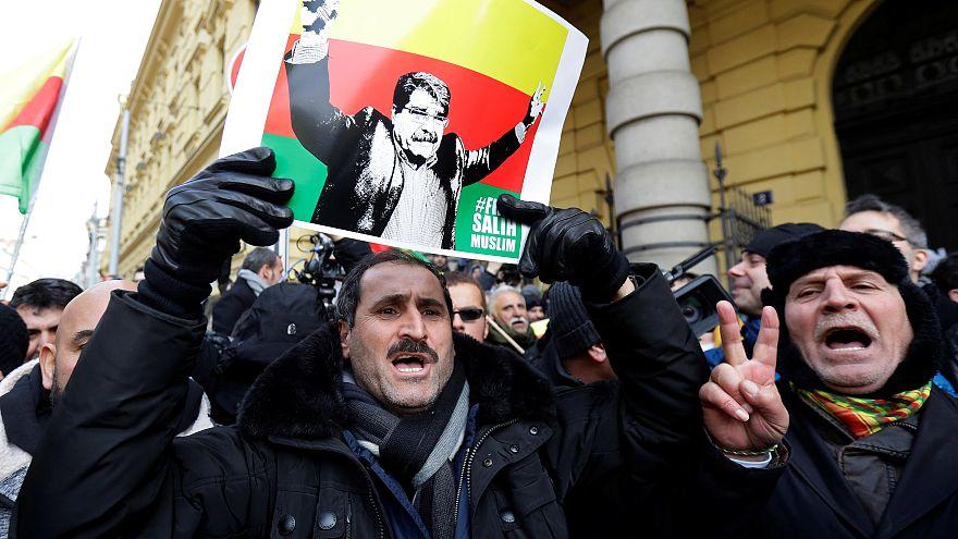 Muszlim támogatói a prágai bíróság előtt ünneplik a döntést