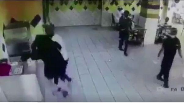 """المرأة """"النينجا"""" تظهر في السعودية وتهاجم شابا"""