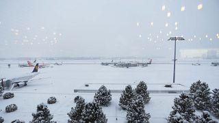 Cenevre Havalimanı'nda uçuşlara kar engeli