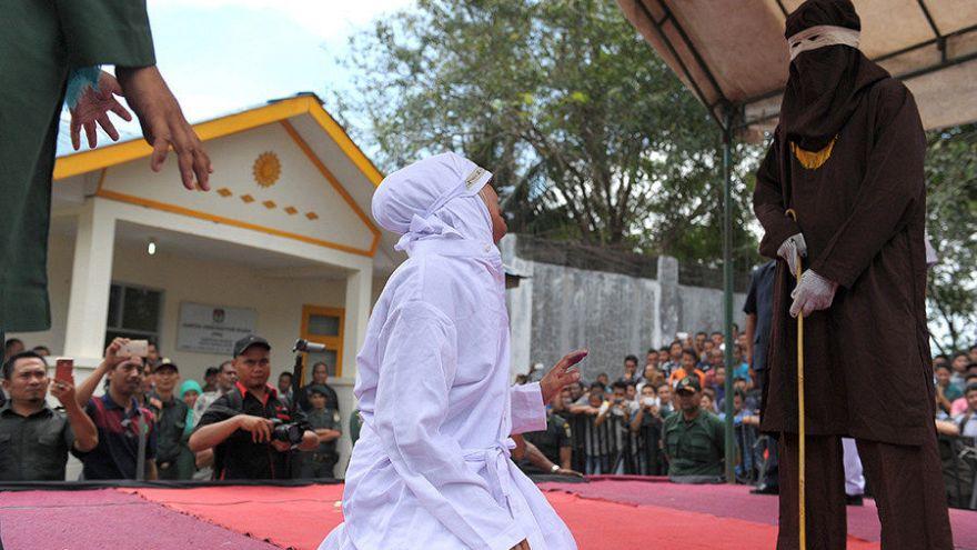 Endonezya'da kumar oynayan Hristiyanlara kamçı cezası