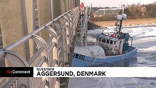 Un pesquero atascado en el hielo en Dinamarca