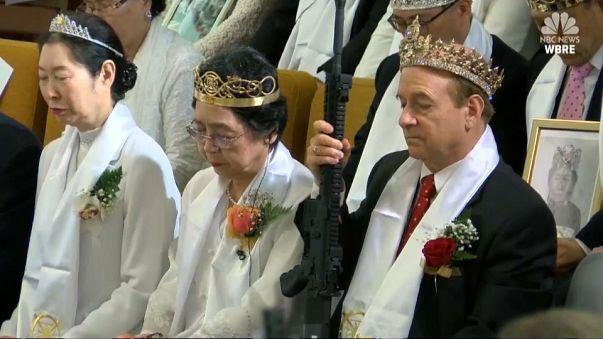 USA, in una chiesa benedizione alle coppie con i mitragliatori in mano