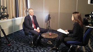 O Τόνι Μπλερ με την δημοσιογράφο του euronews Τέσα Αρθίγια
