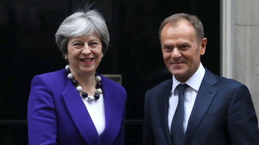 Theresa May reafirma compromisso em evitar fronteira entre as irlandas