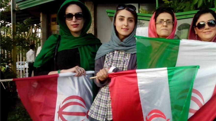 نساء من إيران يشجعن الرياضة