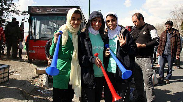 حاشیه بازی دربی ۸۶ و حضور دختران در محوطه بیرونی ورزشگاه آزادی