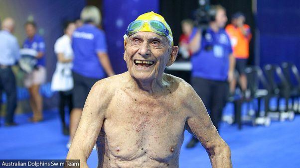 سباح في ال99 من العمر يسجل رقما قياسيا قبل ألعاب الكومنولث