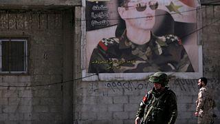 یک سرباز روس و یک سرباز نیروهای دولتی سوریه در کمپ وافدین در دمشق