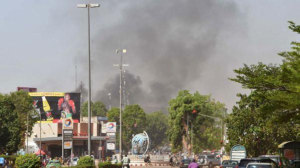Il fumo nero di un'esplosione nel cielo di Ouagadougou
