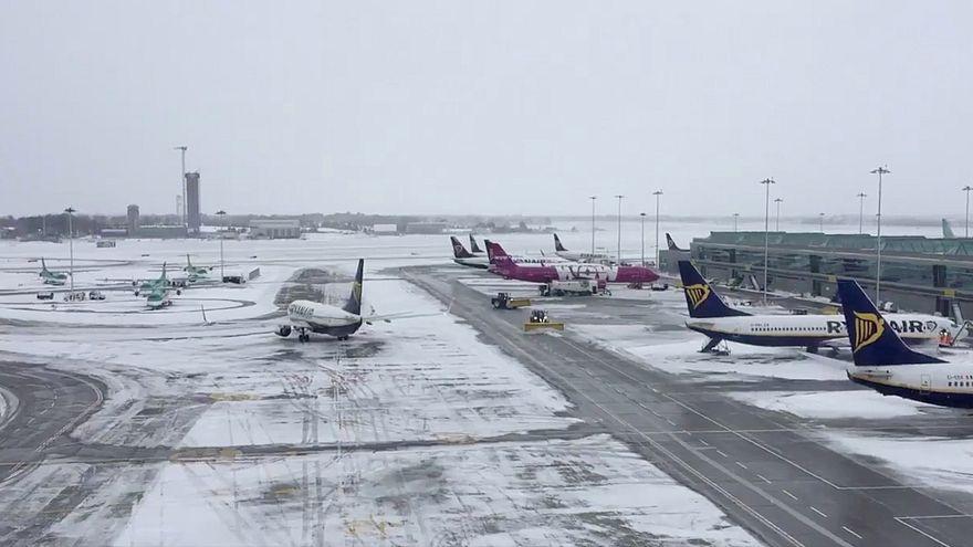 El aeropuerto de Dublín continúa cerrado por el temporal de nieve y viento
