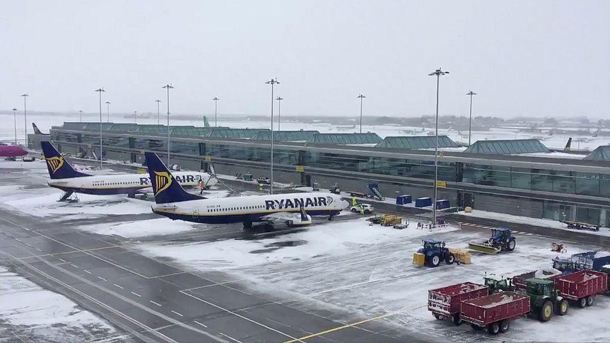 Schneechaos am Flughafen Dublin