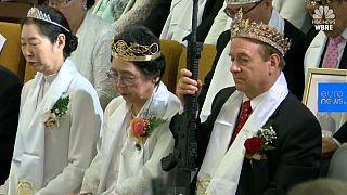 شاهد: حفل زواج جماعي في كنيسة أمريكية..والحضور مدعون لحمل الأسلحة