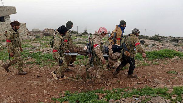 Elementos do Exército Livre da Síria retiram um ferido na zona de Afrin