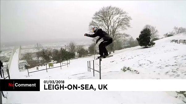Inghilterra, lo snowboarder olimpico si esibisce in città
