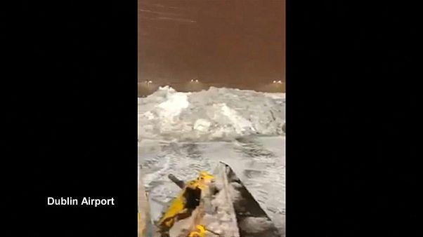 شاهد أيرلندا: الثلوج تشلّ الملاحة في مطار دبلن