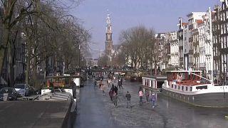 شاهد: مواطنو أمستردام يعبرون القنوات المائية سيرا على الاقدام بعد تجمدها