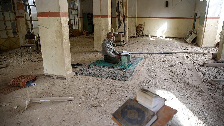 Syrie, Ghouta orientale, un homme seul au milieu d'une mosquée dévastée