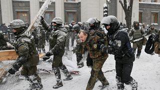 Ukraine: Anti-government activists and police clash near parliament