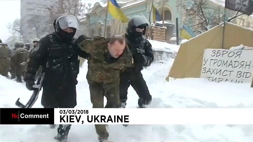 Ucraina, violenti scontri di fronte al parlamento