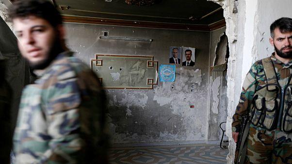 سربازان ارتش دولت بشار اسد در خانهای خارج از منطقه غوطه شرقی