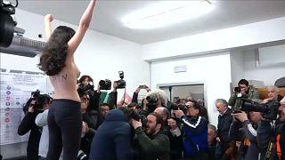 FEMEN-Aktivistin schlägt Berlusconi in die Flucht