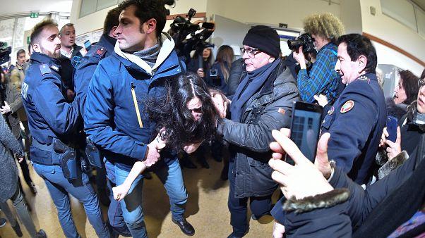 """Jovem mostra o peito a Berlusconi e diz-lhe: """"estás acabado"""""""