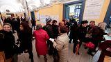 Ärger mit Aufklebern: Neues Wahlsystem führt zu langen Schlangen
