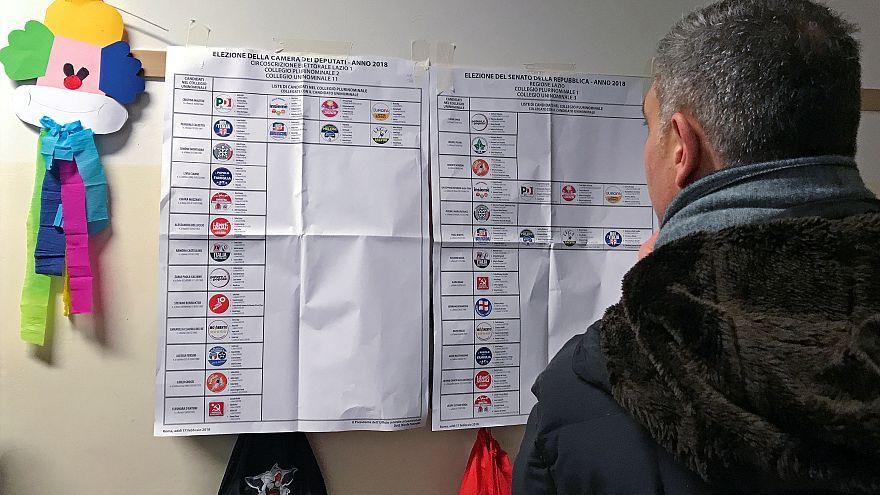 Ein Wähler sieht sich die Parteienliste an