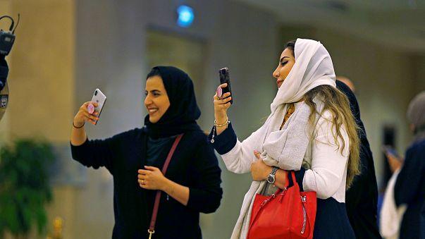 حفل تامر حسني يثير جدلاً واسعاً في وسائل التواصل الاجتماعي بالسعودية