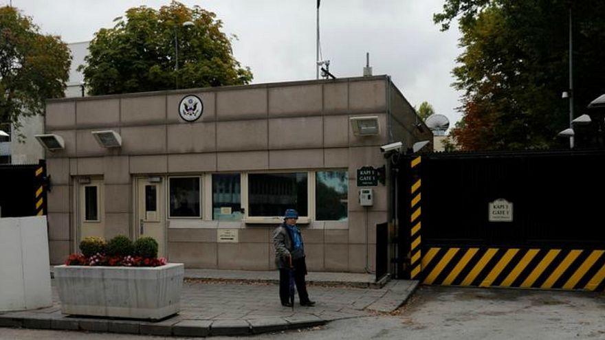 امرأة تمر بالسفارة الأمريكية في أنقرة يوم 9 أكتوبر تشرين الأول 2017