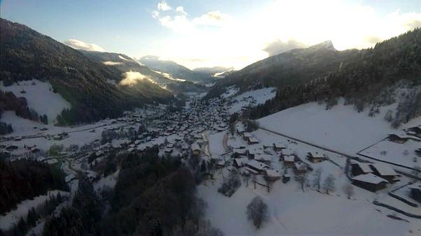 عمليات إنقاذ وسط الانهيارات الثلجية في جبال الألب