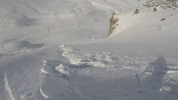 France : un snowbordeur sort indemne d'une avalanche