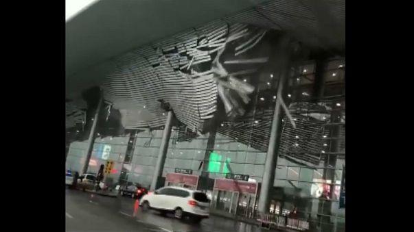 شاهد: لحظة انهيار جزء من سقف مطار صيني بسبب العواصف