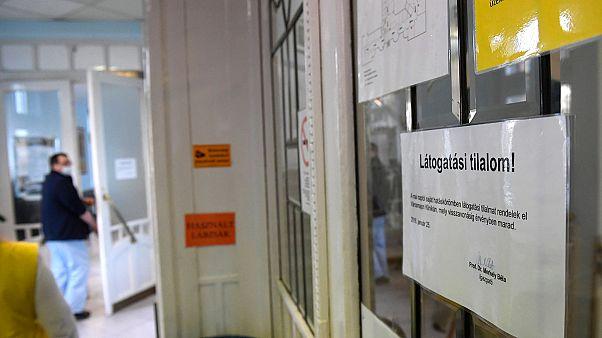Látogatási tilalomra figyelmeztető felirat egy városmajori klinikán