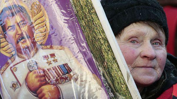 یکی از شرکتکنندگان در مراسم یادبود استالین در میدان سرخ مسکو